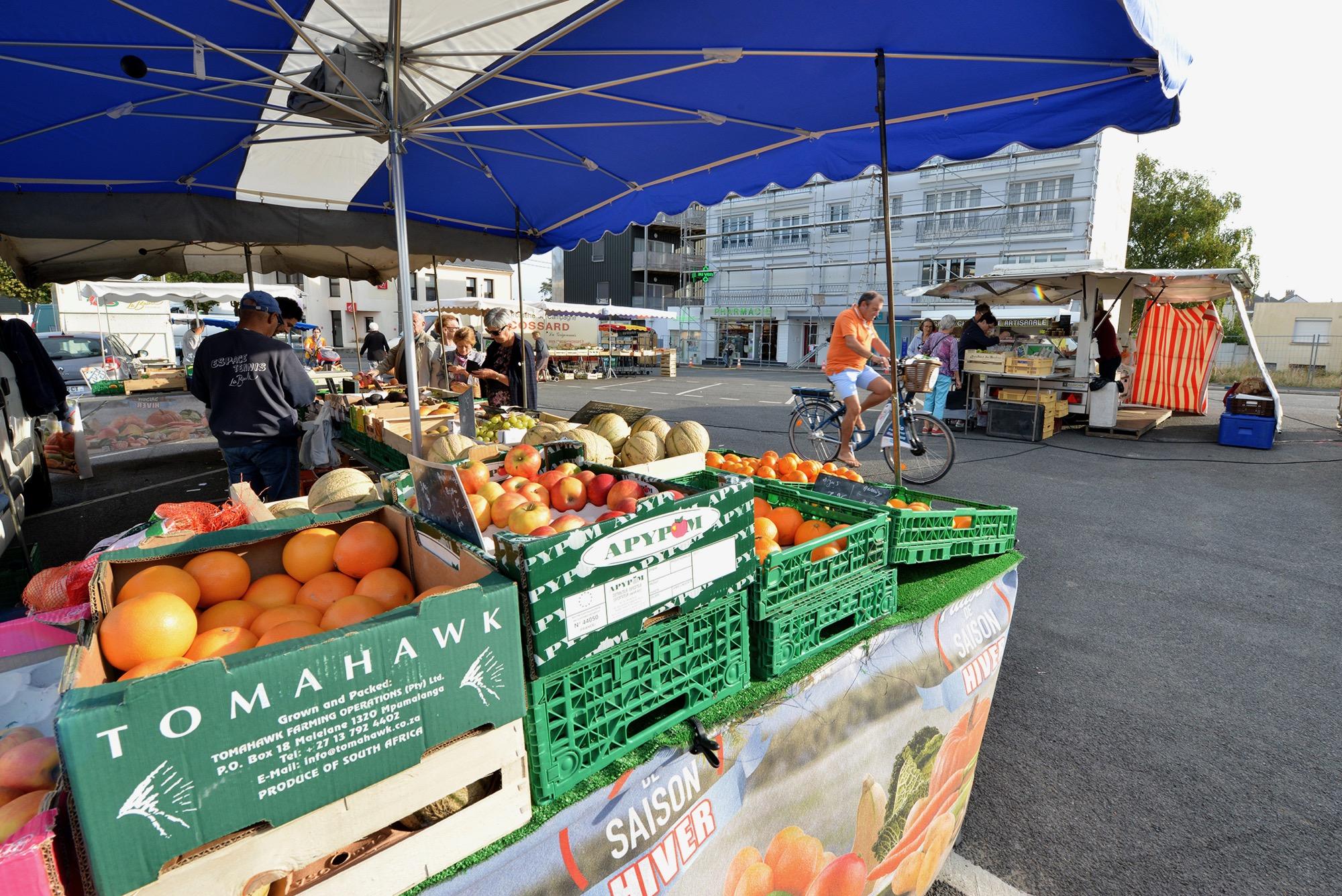 Un matin par semaine, le jeudi, le quartier du Pertuischaud accueille des marchands place Pierre Bourdan