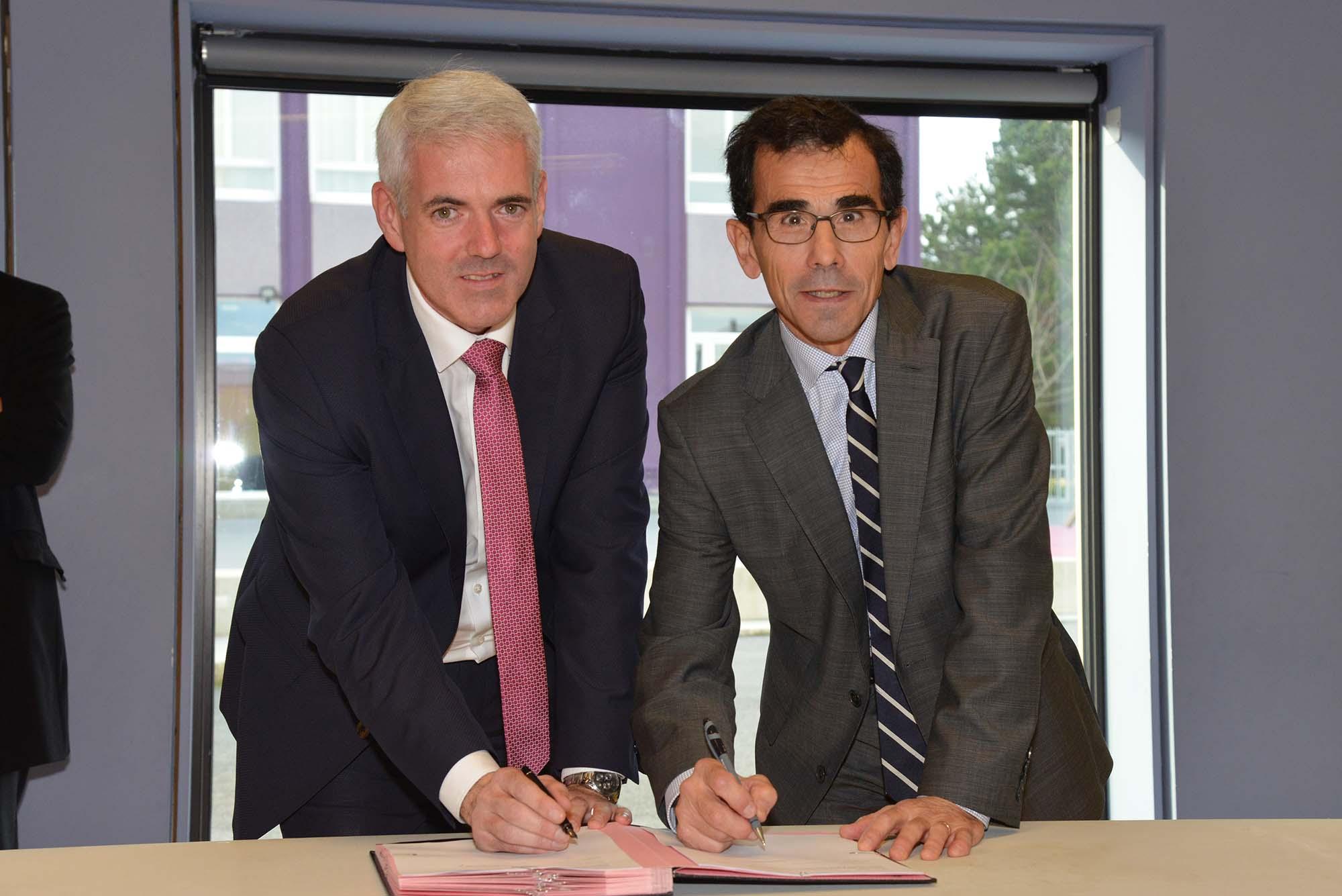 De gauche à droite : Xavier Perrin, adjoint au maire de Saint-Nazaire et et Philippe Carrière, directeur académique.