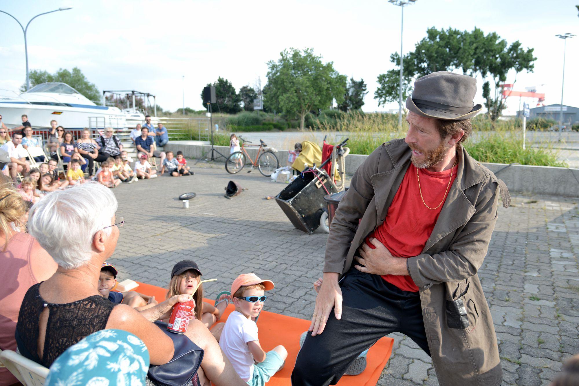 """Le 12 juillet, """"Aide moi"""" de la Cie Ché Cirque de Belgique. Art de la rue. © M. Launay - Ville de Saint-Nazaire."""