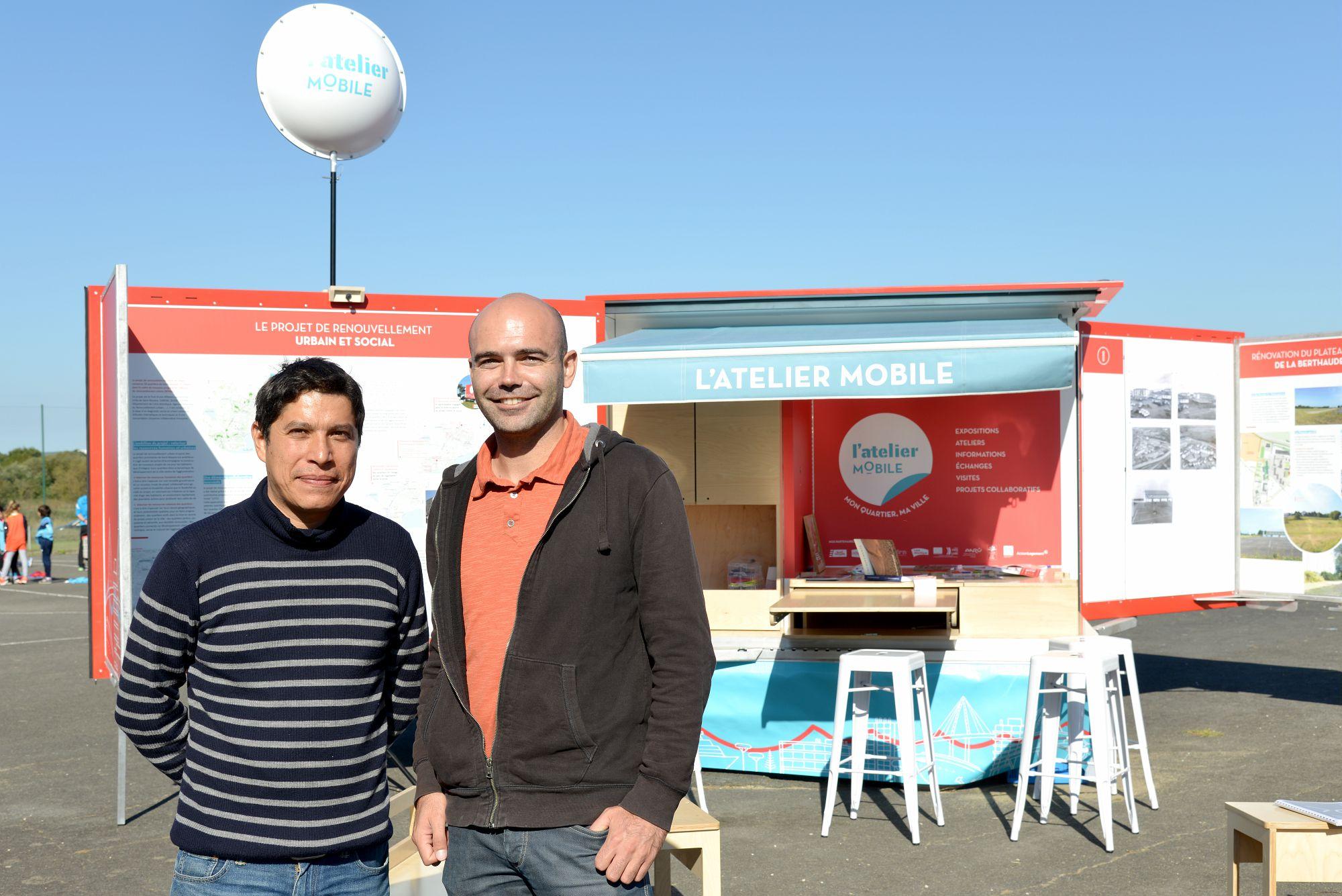 Geovanni Olivares et Romain Cabrita, médiateurs à l'atelier mobile. © Ville de Saint-Nazaire – Martin Launay.