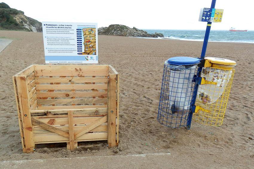 Photo d'un bac à marée et des poubelles de tri sur la plage