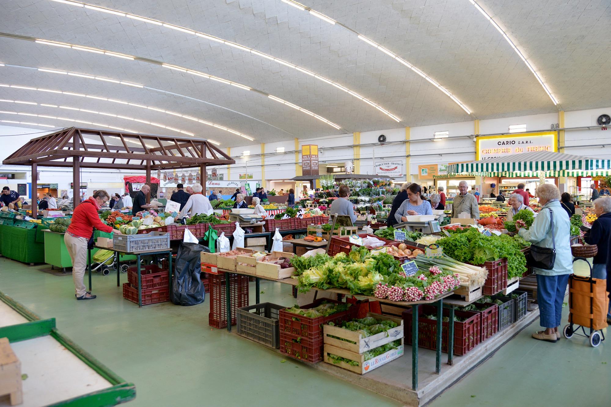 Dès 8 h, les acheteurs investissent les Halles centrales de Saint-Nazaire pour faire leur marché.